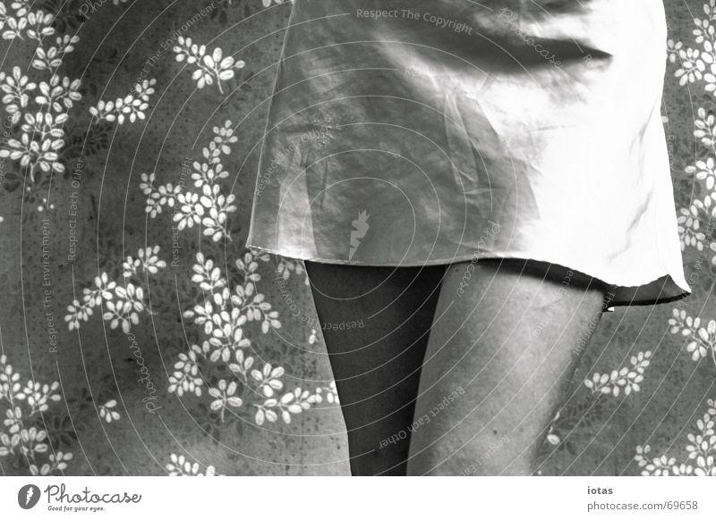 fräulein k. Frau ruhig Tapete Blume Blümchentapete Nachthemd Deutschland Freude Bekleidung Detailaufnahme Einsamkeit Schwarzweißfoto b/w b&w Oberschenkel Beine