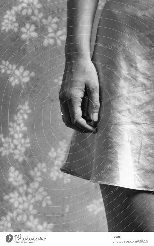 fräulein k. Frau Hand Blume ruhig Einsamkeit Beine Deutschland Erfolg Finger Tapete DDR Fingernagel Oberschenkel Tapetenmuster Nachthemd Blümchentapete