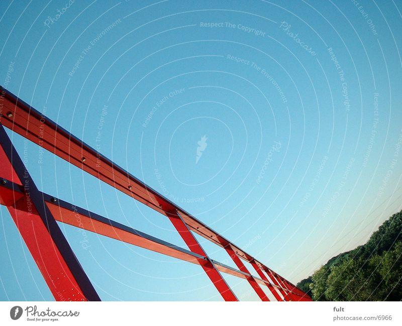 Geländer Wald rot Stil Brücke Himmel blau Metall