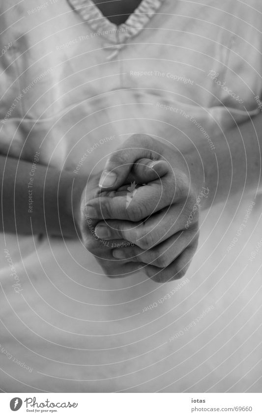 alles wird gut Frau ruhig Hoffnung Religion & Glaube festhalten Finger Hand Denken Nachthemd Sicherheit Frieden Detailaufnahme Einsamkeit Schwarzweißfoto b/w