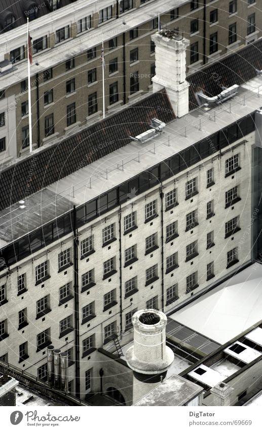 Straßenschlucht Stadt grau trist Fabrik London diagonal Schornstein Monochrom