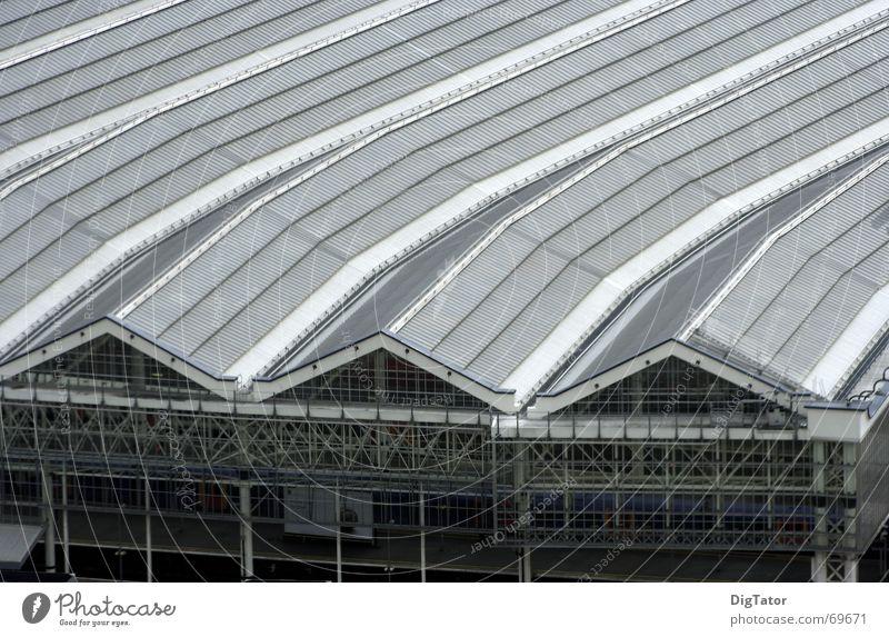Bahnhof in London kalt grau trist Dach Lagerhalle Monochrom