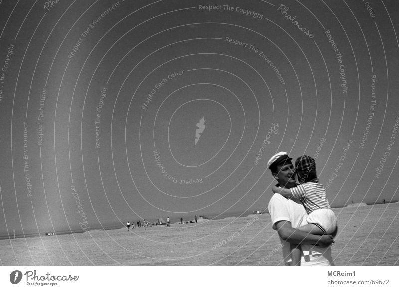 Vater und Sohn am Strand von St. Peter Ording Kind Mann Himmel Sommer Strand Ferien & Urlaub & Reisen Vater Sechziger Jahre Familie & Verwandtschaft Eltern Sohn St. Peter-Ording Vatertag