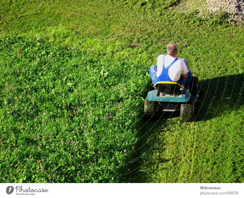 Rasenmäherman 3 - und er mäht immernoch Mann grün Wiese Schatten Abendsonne Arbeitsanzug rasenmähen geschnitten kürzen Sommer Arbeit & Erwerbstätigkeit Krach