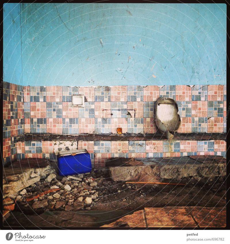 Broken down... Bauwerk Mauer Wand Stein Beton kaputt retro blau braun Zerstörung verwüstet Umweltkatastrophe Bad Toilette Fliesen u. Kacheln Philippinen