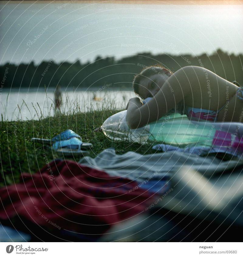 chill on sea Luftmatratze Bekleidung Frau Denken träumen Erholung ruhig Gelassenheit See Sommer Mittelformat Mensch grass liegen