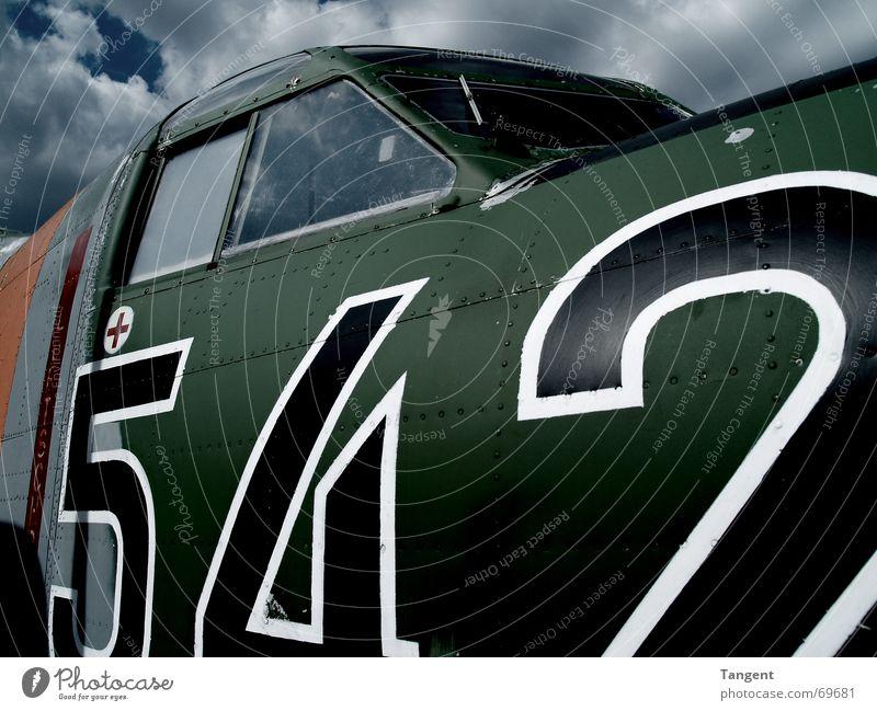 Einsatz Wolken dunkel Angst Flugzeug gefährlich bedrohlich Ziffern & Zahlen Gewalt Stahl Gewitter Krieg kämpfen Zerstörung Waffe Aufgabe Bombe