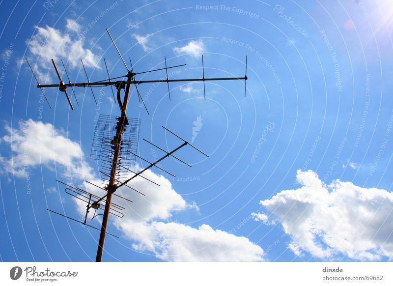 höllisch guter empfang Antenne Dach Sender Wolken Himmel Begrüßung Strommast Verbindung