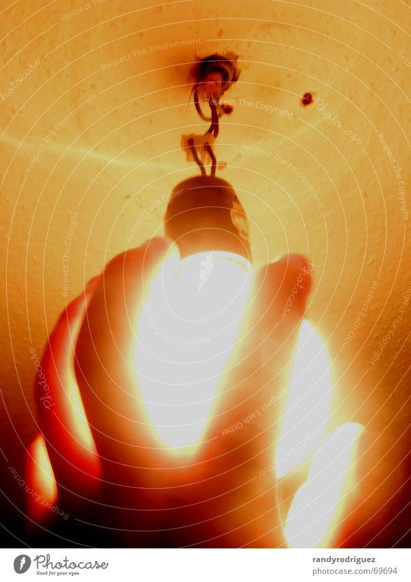 Vorsicht heiß! Glühbirne Lampe Licht Erkenntnis Elektrizität Kabel gelb verschwimmen Hand Griff greifen Finger Idee Absicherung Decke Beleuchtung fangen