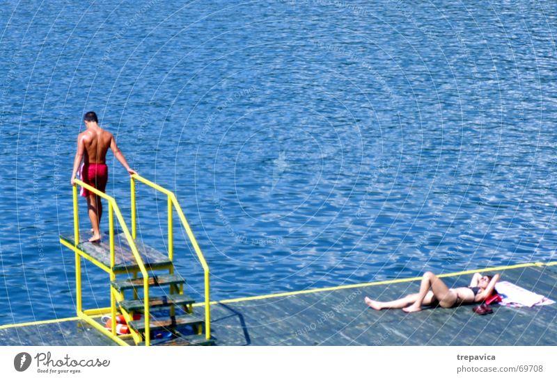 paar Strand Sommer springen Badebekleidung See Wasser mann und frau blau Schwimmen & Baden