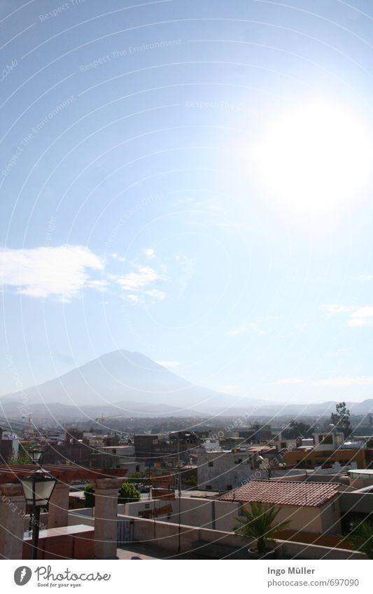 Misti by sunshine Himmel Natur Sommer Sonne Landschaft Wolken Haus Umwelt Berge u. Gebirge Wärme Horizont Luft Klima Schönes Wetter beobachten Dach