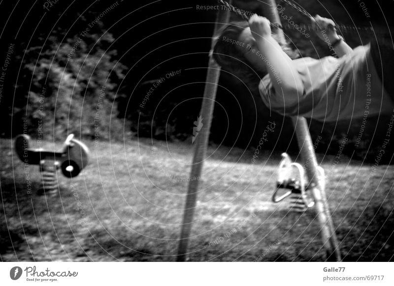 schöne Zeit Kind Jugendliche Freude Flügel vorwärts Schaukel zurück Spielplatz Schwung