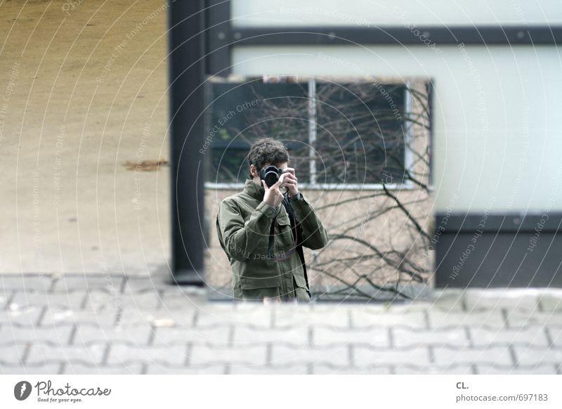 spiegel Mensch Mann Erwachsene Straße Wege & Pfade Freizeit & Hobby maskulin beobachten einzigartig Spiegel Identität Fotografieren Selbstportrait Spiegelbild