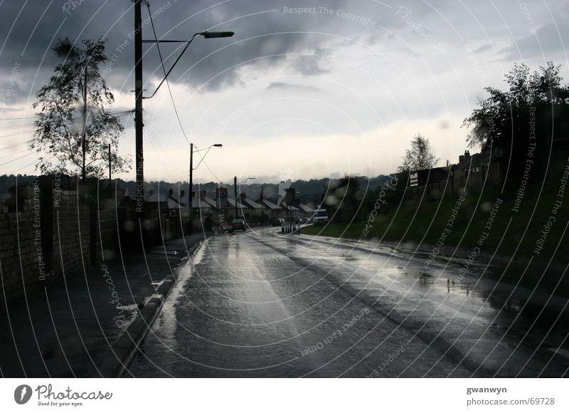 nach dem Regenschauer Wolken Einsamkeit Straße dunkel Regen Dorf Wales