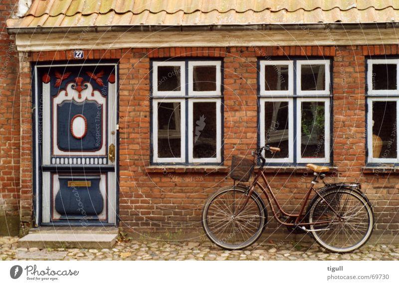 Parkiertes Velo alt Haus Wand Fenster Fahrrad Tür antik Dänemark Skandinavien Eingangstür Jütland Ribe