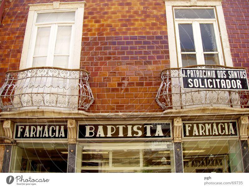 Baptista in Faro Portugal Balkon Geländer Fenster weiß Backstein braun Ladengeschäft Altstadt farmacia bapista