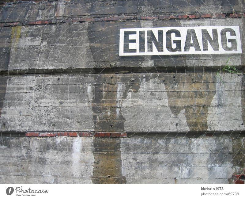 Eingang Museum alt Stein Mauer Schilder & Markierungen Schriftzeichen Baustelle Ostsee
