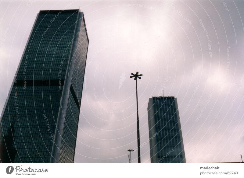 THE SKY IS NO LIMIT | hochhaus skyscraper city himmel geld macht Himmel blau Wolken Haus Fenster Leben Architektur Gebäude Freiheit fliegen Business oben Arbeit & Erwerbstätigkeit Wohnung Design Wetter