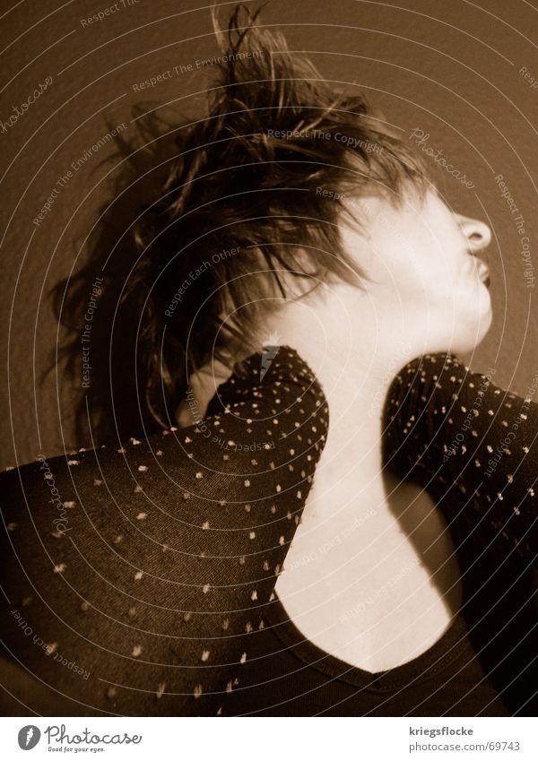 SHE II Frau schwarz dunkel feminin Haare & Frisuren Kopf Mund hell Haut Arme Nase drehen Stulpe