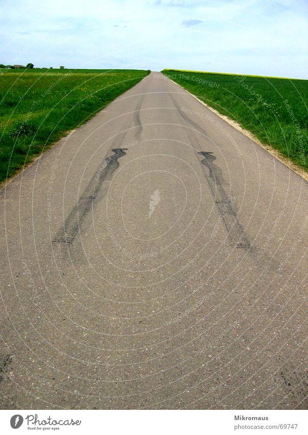 Bremsspur Abrieb Straße Feld Himmel Asphalt Ferne grün Wege & Pfade Feldrand Grundbesitz Landschaft Teer laufen Sprit Unendlichkeit Einsamkeit Verkehrswege