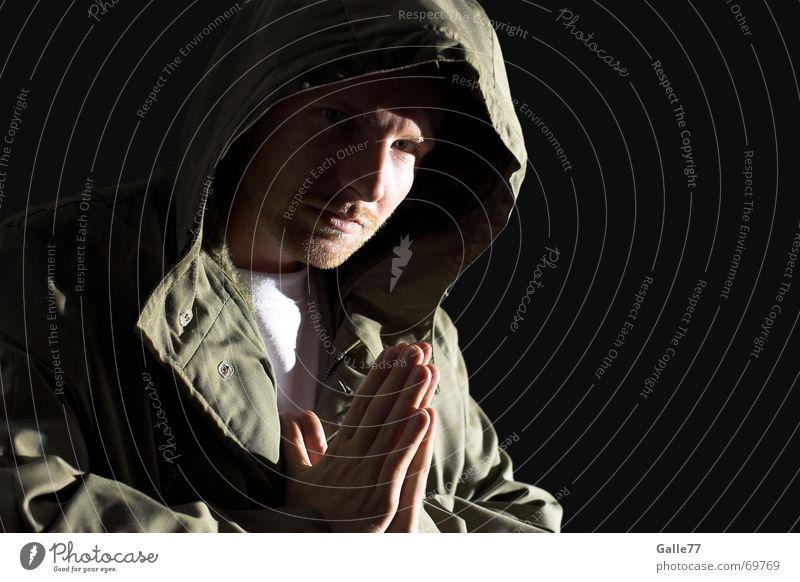 pray I dunkel Gebet Hand Götter Jesus Christus Licht Kapuze Anorak Kopfbedeckung Mensch Kontrast hell Gott Schatten parker Blick