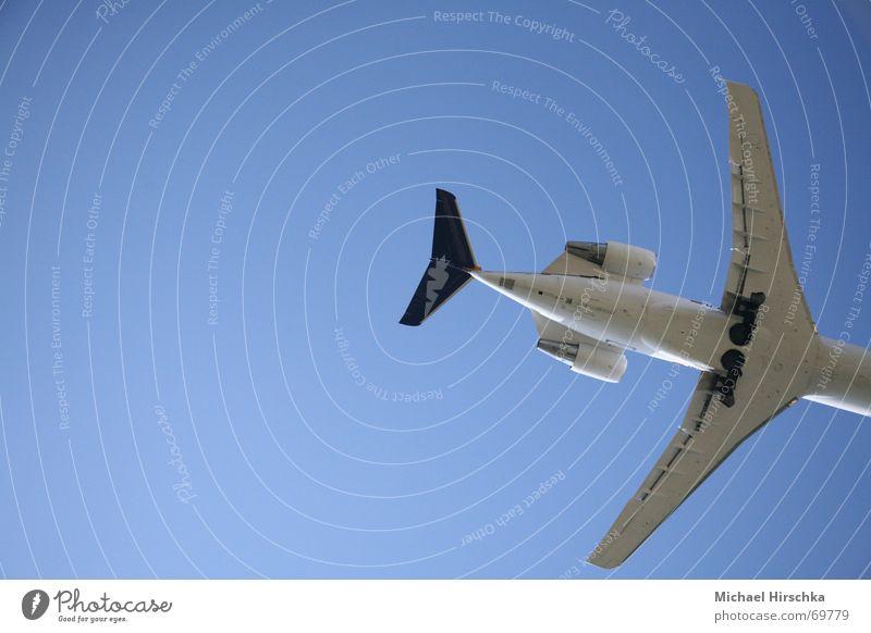 Los jetzt, raus hier! Flugzeug Passagierflugzeug Abdeckung Triebwerke Tragfläche Leitwerke Fahrwerk Landeklappe Himmel blau aircraft Wege & Pfade nonstop