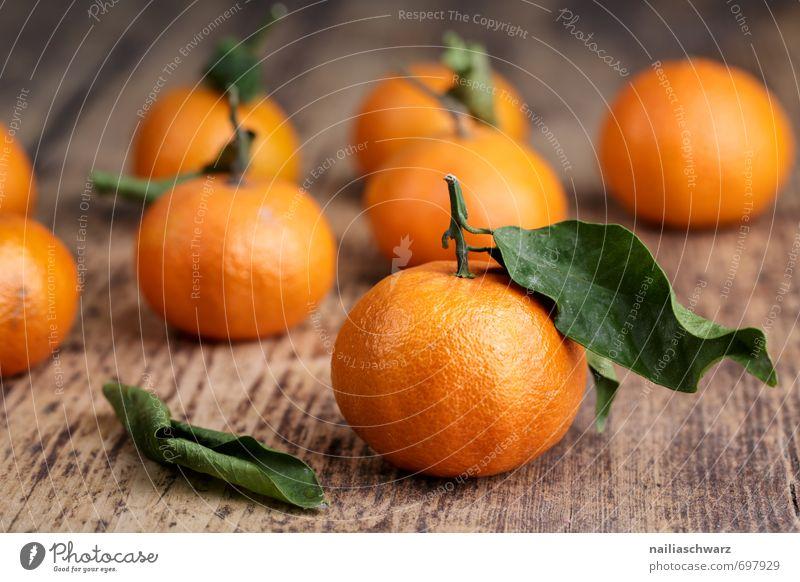 Frische Mandarinen grün rot Blatt Essen Lebensmittel Kraft Frucht Orange frisch genießen viele Teile u. Stücke Duft Bioprodukte Holzbrett saftig