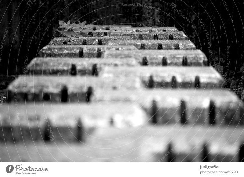 Platz zum Spielen weiß Pflanze schwarz dunkel grau Bewegung Mauer Angst Beton Zukunft trist Klettern parallel Symmetrie Spielplatz hüpfen