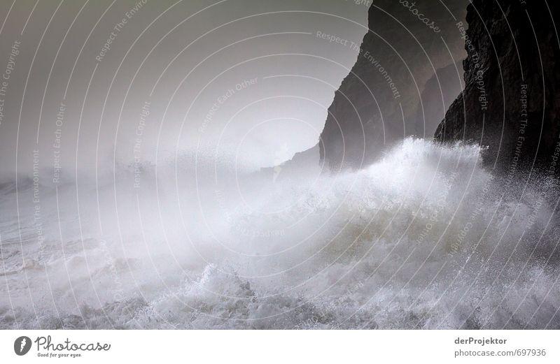 Voll die Brandung. Natur Ferien & Urlaub & Reisen weiß Pflanze Meer Umwelt Gefühle Herbst Küste Freiheit Felsen Stimmung Wellen Kraft Tourismus Ausflug