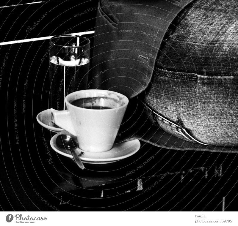 1 Kaffe und 1 Glas Wasser, bitte. Dorf Tasse Wasserglas Jacke Oberschenkel Löffel Frühstück Morgen Mineralwasser Café Jeansstoff Jeanshose Mensch Gastronomie