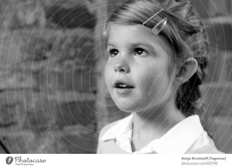 Die Welt mit Kinderaugen sehen... Mädchen Freundlichkeit süß zierlich Kindergarten verträumt strahlend offen Porträt Außenaufnahme Gebäude Zopf süsse maus