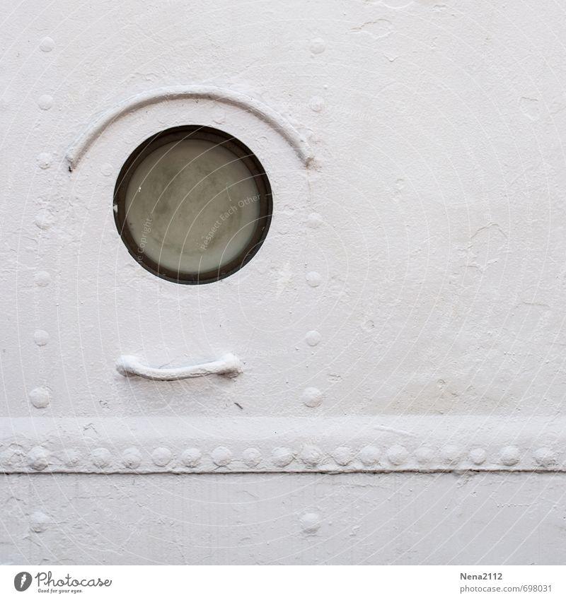 Metallauge Schifffahrt Passagierschiff Kreuzfahrtschiff Hafen rund weiß Abteilfenster hublot Luke Detailaufnahme Linie Punkt Farbfoto Schwarzweißfoto