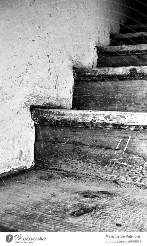 Turmstiege alt weiß schwarz dunkel Wand Holz Wege & Pfade dreckig Treppe Turm Burg oder Schloss aufwärts Leiter Holzbrett