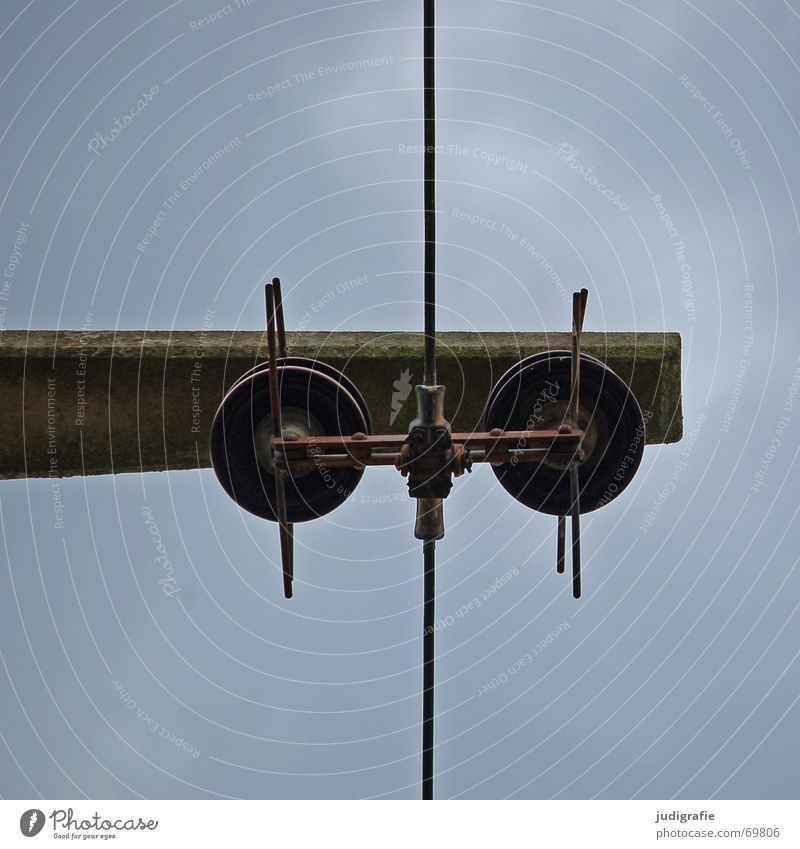 Unter Strom Himmel Wolken oben Linie Beton hoch Energiewirtschaft Elektrizität Kabel Geschirr Strommast Leitung vertikal parallel horizontal schlechtes Wetter