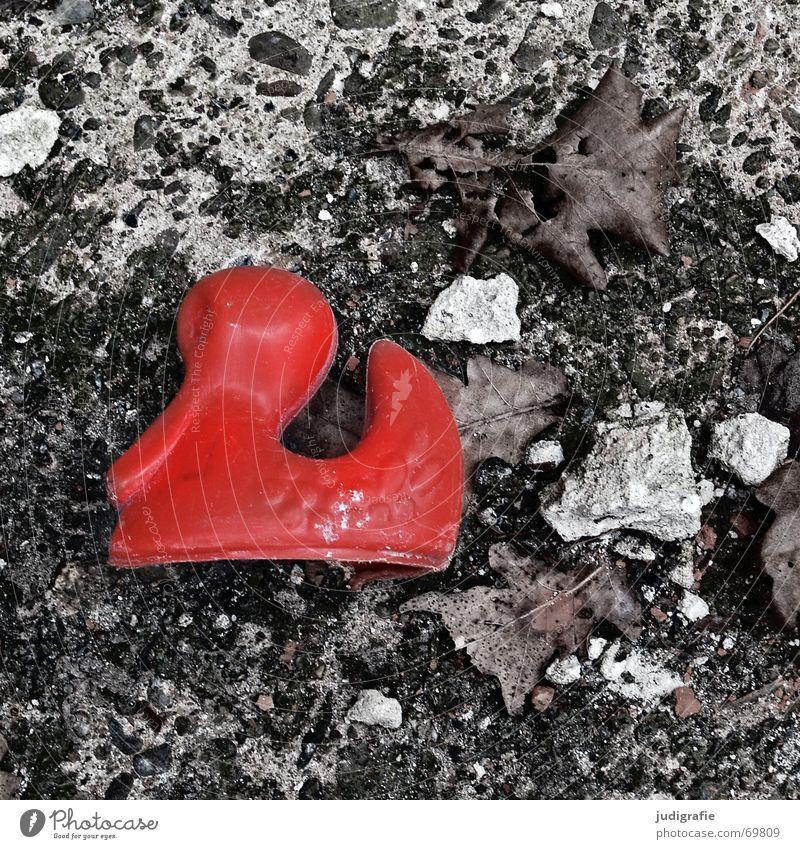 Verloren verloren vergessen Spielzeug rot kaputt Beton Blatt Trauer Sehnsucht kalt Ente Bodenbelag Traurigkeit Einsamkeit Stein Angst