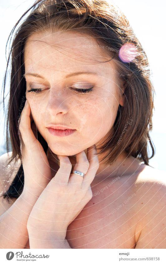 zart. feminin Junge Frau Jugendliche Gesicht 1 Mensch 18-30 Jahre Erwachsene brünett kurzhaarig schön Erotik Farbfoto Außenaufnahme Tag Gegenlicht Porträt