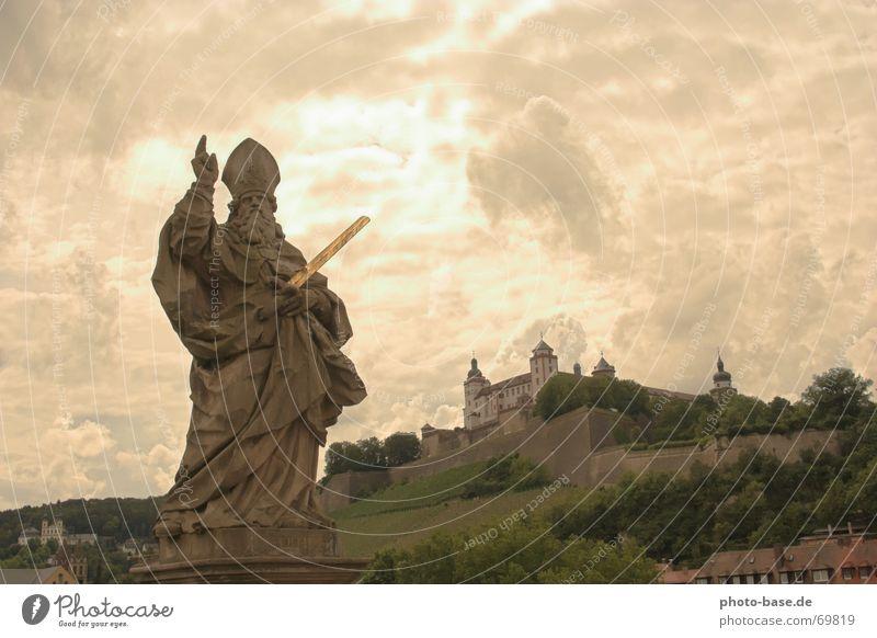 Lichtblicke Statue Körperhaltung Wolken Festung Stein versteinert Himmel himmelsöffnung lichblick würzburgfranken Burg oder Schloss