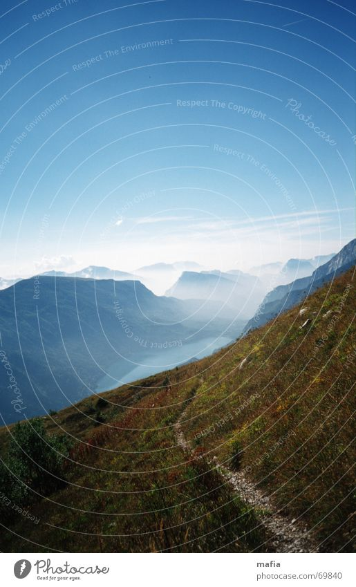 half way down Himmel blau Berge u. Gebirge träumen Wege & Pfade See Landschaft Nebel Unendlichkeit