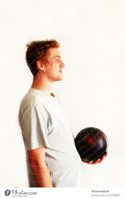 Der Bowler (2) Mann Sommersprossen rothaarig Bowling Bowlingkugel Vor hellem Hintergrund