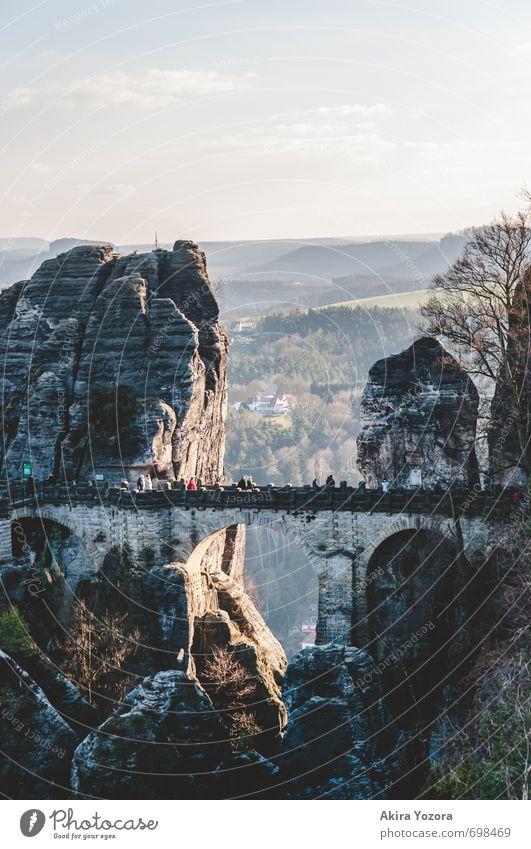 Bastei-Brücke Menschenmenge Natur Himmel Sonnenaufgang Sonnenuntergang Schönes Wetter Baum Felsen Berge u. Gebirge Sehenswürdigkeit beobachten entdecken