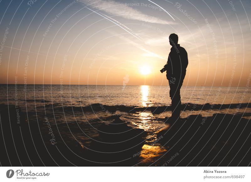 Sunset Photographer 1 Mensch Landschaft Wasser Himmel Wolken Horizont Sonnenaufgang Sonnenuntergang Sonnenlicht Wellen Küste Nordsee beobachten berühren