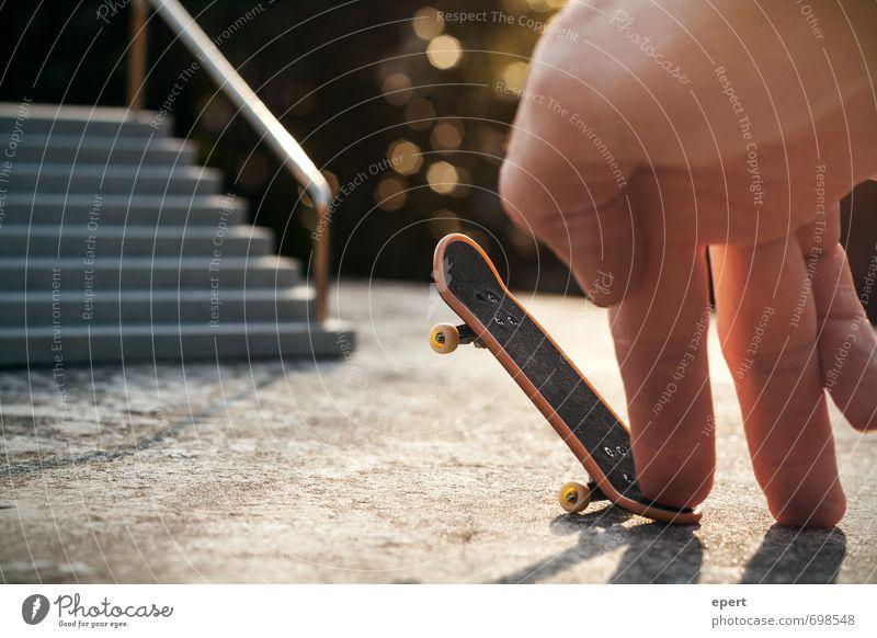 Poser Hand Freude Sport Freizeit & Hobby Treppe warten stehen Beginn beobachten Finger einzigartig Körperhaltung Geländer sportlich Skateboarding