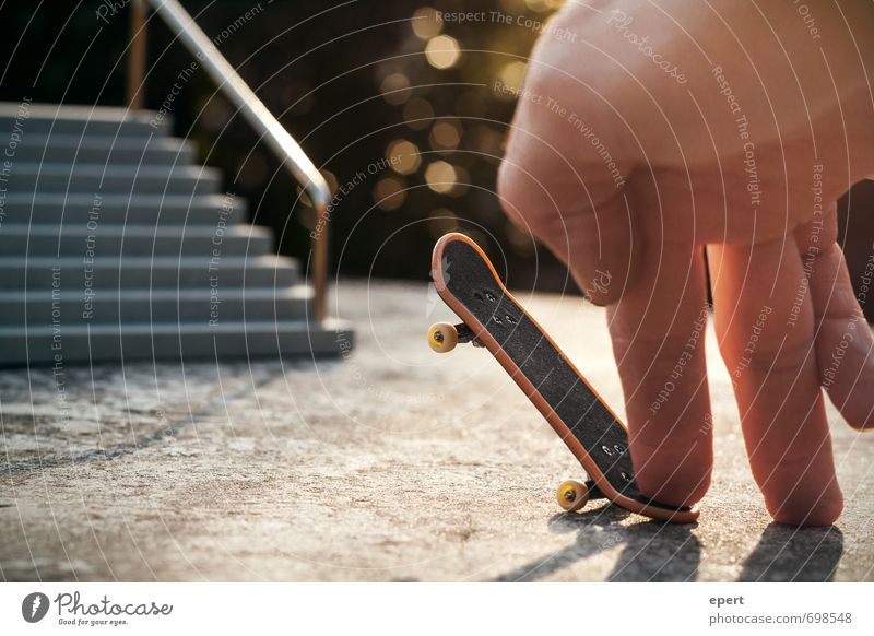 Poser Hand Freude Sport Freizeit & Hobby Treppe warten stehen Beginn beobachten Finger einzigartig Körperhaltung Geländer sportlich Skateboarding Skateboard