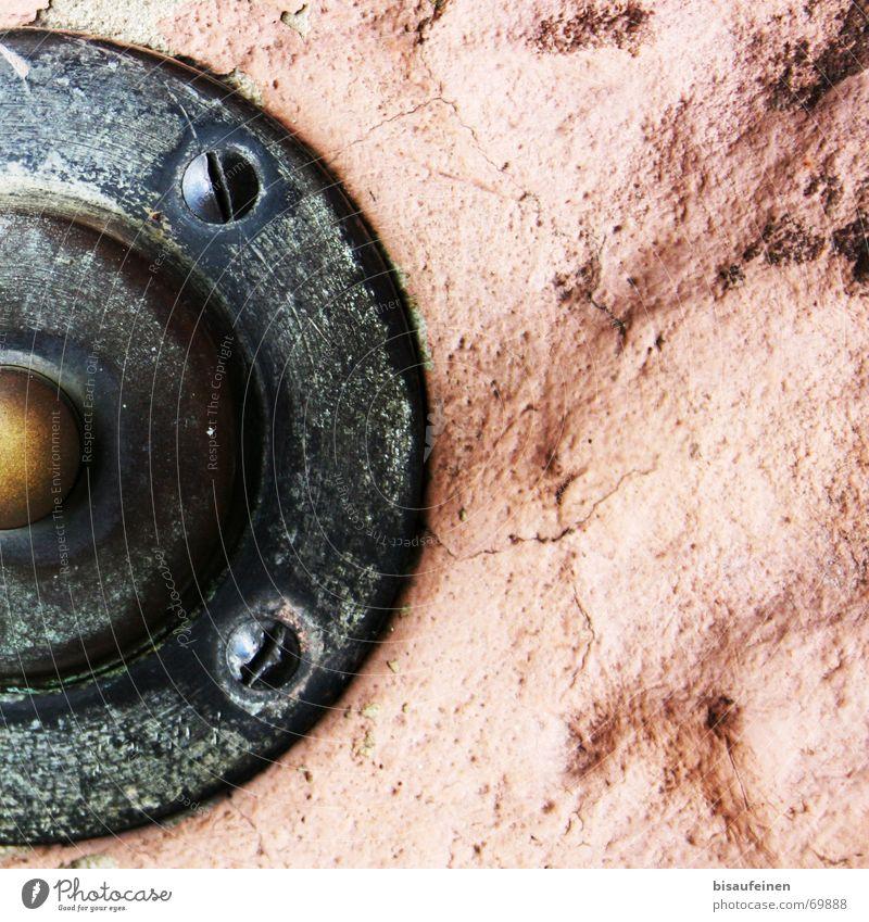 Gefangen im Fels Stein Mauer Felsen Knöpfe Schraube Klingel Anschnitt Sandstein Messing
