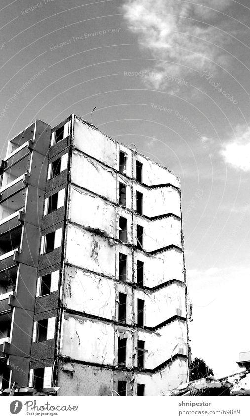 Schaaatz, da drüben seh ich Werner! weiß Sommer dunkel grau hell trist gruselig Balkon Leipzig Ruine Osten Demontage Plattenbau 2006 Fußgängerzone Grauwert