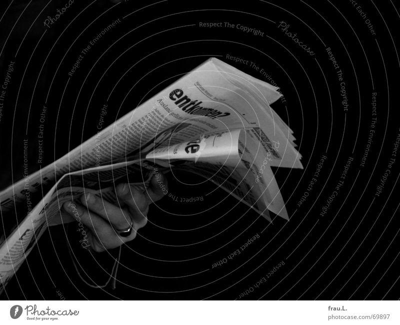Morgenlektüre in sw Überschrift Journalismus Zeitung Hand lesen dunkel Information informieren Medien Zeitschrift Mensch Printmedien boulevardzeitung