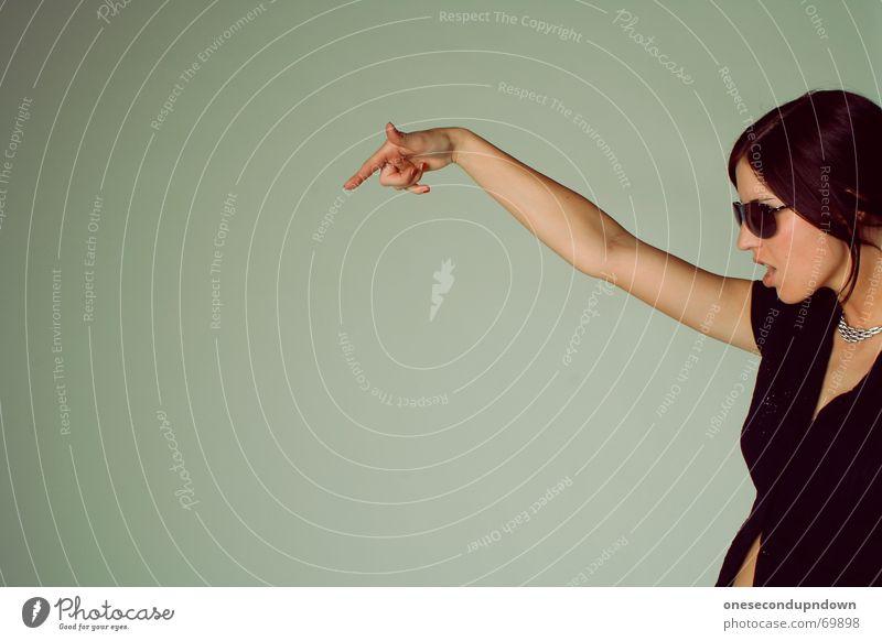 Franzis Ansage Frau Jugendliche Freude Party hoch Brille Club Dame Teilung Kette zeigen schwarzhaarig Zeigefinger Frauenzimmer Junge Frau aktivieren