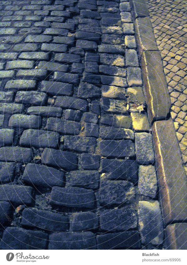 dunkle gasse Bordsteinkante Bürgersteig Nacht Lissabon Portugal dunkel grau schwarz Romantik Lebenslauf Muster Rinnstein Straße Kopfsteinpflaster Wege & Pfade