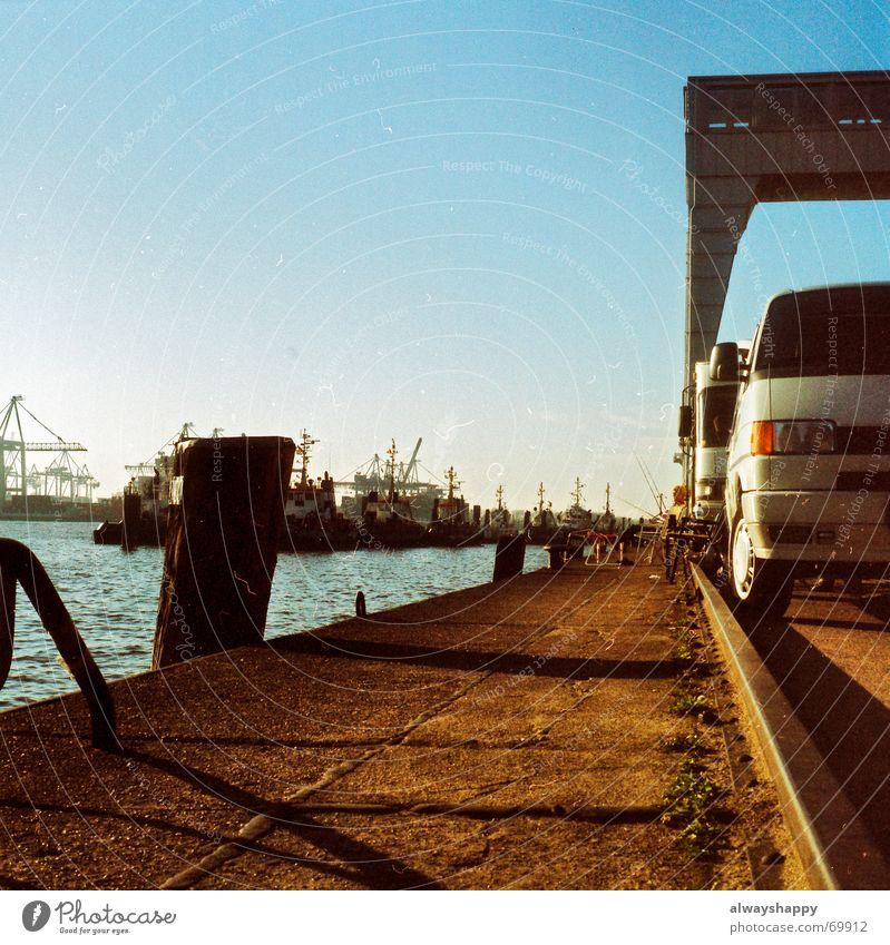 the whole thing looks fishy Sonne Erholung Herbst Hamburg Fluss Hafen analog trashig Elbe Angler Wohnmobil Mittelformat Schlepper