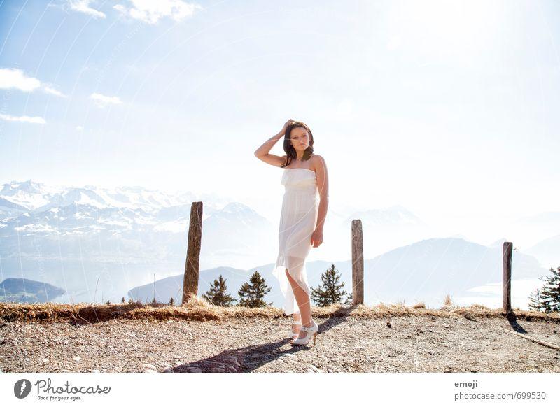 Panorama feminin Junge Frau Jugendliche 1 Mensch 18-30 Jahre Erwachsene Mode Kleid hell weiß Farbfoto Außenaufnahme Tag Panorama (Aussicht) Ganzkörperaufnahme